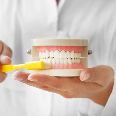 Zánět dásní a zubní kaz spolu souvisejí