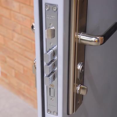 Bezpečnostné dvere a zámky